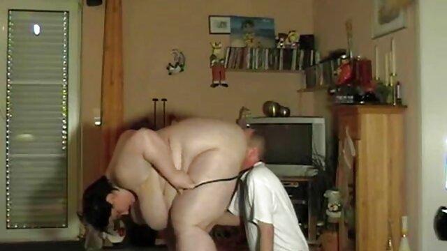 Le regarder film porno français mari et la femme s'allongent sur le lit et se livrent à des activités sexuelles
