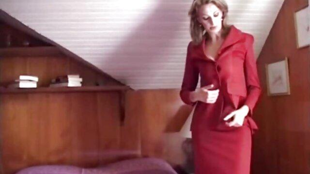 Le du porno en français mari prend des gros plans pendant que sa femme fait une douce succion